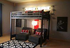 La cama alta es una idea estupenda en cuanto a aprovechamiento de espacio, una solución funcional que te permitirá destinar todo el hueco inferior de la cama a otro propósito.