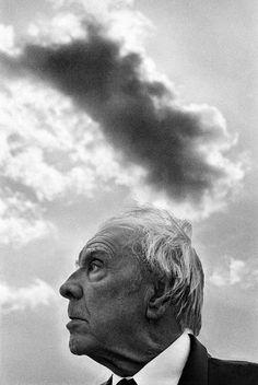 Jorge Luis Borges em um de seus mais  emblemáticos retratos, registrado em 1984  pelo italiano Ferdinando Scianna
