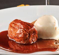 Compota de cajú com sorvete de baunilha e melaço de cachaça do Bar da Dona Onça