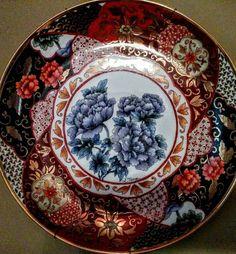 Prato de porcelana pintado à mão (minhas mãos) na técnica Cia das Índias, com canetado e filetado em ouro Hanover. #pinturaemporcelana  #pintadoamano  #minhacoleção #porcelanapintadaamão