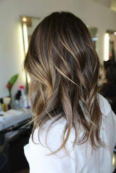 un esempio di balayage capelli scuri di media lunghezza con un'acconciatura ondulata