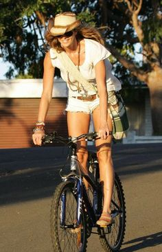 18 Celebrities Who Cycle - Celebrity Style, Fashion Trends, Beauty and Makeup tips Cycle Chic, Bicycle Women, Bicycle Girl, Female Cyclist, Cycling Girls, Bike Style, Look Cool, Beauty Women, Ideias Fashion