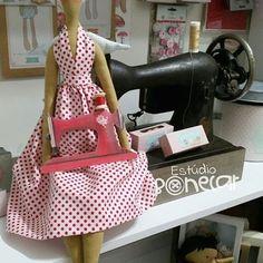 Minha Tilda costureira, minha máquina de ferro... APAIXONADA!!!!!! #costurices #costureira #tilda #bonecas #dolls #doll #bonecadepano #artesa #handmade #arte #handmadedoll #decorandocomtildas #tildas #maquinadecostura