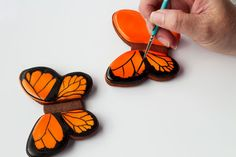 Simple butterfly cookies - step by step tutorial on how to decorate sugar cookies with royal icing www.thebearfootbaker.com