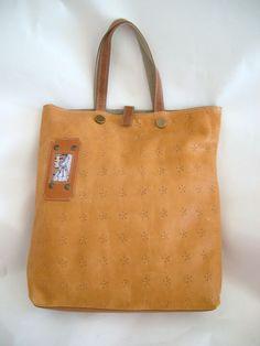 Unieke, handgemaakte, tas van leer met schouderriem. De binnenkant is met stof gevoerd, heeft vakken en kan gesloten worden d.m.v. een drukknoop. http://www.linenik.nl/a-26133352/tassen/fiorellini/