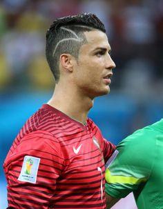 Ils sont tous footballeurs, d'excellents mêmes, acclamés par leurs supporters qui leur envient tout… sauf leurs coupes de cheveux. En images, découvrez notre classement des coiffures les moins flatteuses de cette Coupe du monde 2014. Promis, aucune photo n'a été retouchée. http://www.elle.fr/People/La-vie-des-people/News/Bresil-2014-les-10-coupes-de-cheveux-les-plus-intrigantes