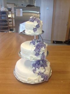 Summer White and violet weddingcake with butterflies and roses