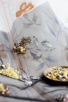2016-2017秋冬プレタポルテ コレクションショーのシルエットが明らかにする、メゾンのアトリエのサヴォワールフェールのすべて。積み上げられてきた卓越の技の数々が表現されています。