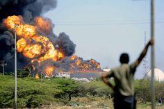 Agosto 27 de 2012 - Un hombre mira el incendio de la refinería de Amuay en Venezuela, tras su explosión el sábado. (AFP/VANGUARDIA LIBERAL)