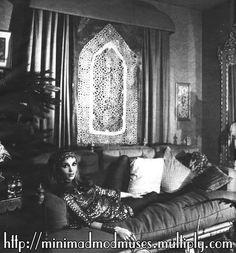 Talitha Getty in Palais du Zahir Bohemian Chic Fashion, Bohemian Style, Marrakech, Palestinian Wedding, Talitha Getty, Poor Little Rich Girl, Palace, Balinese, Beautiful Space