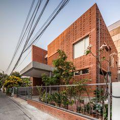 Project Name : Ngamwongwan House Owner : Mr. Piti Sawasdivongsa Location : Bangkhen, Bangkok, Thailand Completion : 2012-2014 Architect : JUNSEKINO ARCHITECT AND DESIGN CO.,LTD Interior designer : JUNSEKINO ARCHITECT AND DESIGN CO.,LTD Builder :