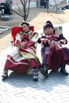 Empress Ki - Behind The Scenes Love Ji Chang Wok's performance as Emperor!  Great role & great story of GAME OF WAR!!!