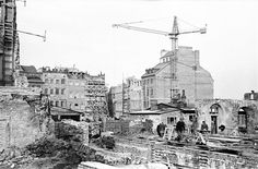 Odbudowywane kamienice... widok w kierunku strony Dekerta na Rynku Starego Miasta.  fot. 1952-1953, Zbyszko Siemaszko, źr. Narodowe Archiwum Cyfrowe.