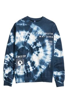 Most recent Screen Sweatshirt with a printed tie dye design. Dropped shoulders, long sleeves, and r. Strategies Because of this easy tank top gow. Tie Dye Shirts, Dye T Shirt, Tie Dye Designs, Shirt Designs, Camisa Tie Dye, Tie Day, Mode Man, Tie Dye Crafts, Tie Dye Fashion