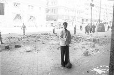 Madrid, Gran Vía. Un camarero barre los escombros después de un bombardeo. (Archivo Histórico PCE)