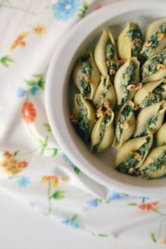 Conchiglioni with Spinach, Cottage Cheese and Nuts