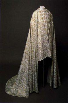 Dress of Rudolf I Habsburg (1307). Some information about pattern. In: Hroby a hrobky našich knížat, králů a prezidentů, Lutovský, Bravermanová, 2007