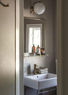 Diy Bathroom Decor, Bathroom Inspo, Bathroom Shelves, Bathroom Storage, Bathroom Inspiration, Interior Photo, Home Interior Design, Small Toilet, Wadi Rum