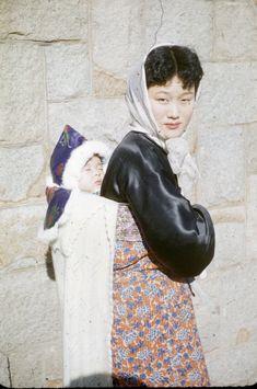 호주인들이 담은 일제강점기부터 1970년대까지의 부산의 모습(화보) Draw On Photos, Old Photos, Vintage Photos, Korean Traditional, Traditional Fashion, Seoul Korea Travel, Photo Art, Photo Book, Korean Hanbok