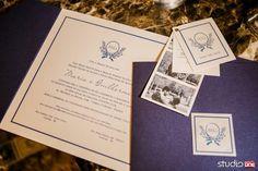 Identidade visual para casamentos criada pela By Patit. Envelope azul marinho, convite com monograma delicado em azul marinho. Save the date com a mesma arte e fotografia dos noivos.
