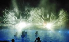 In the picture you see a swimming pool in the foreground and in the background a smoke screen. It is illuminated from behind with a pattern....
