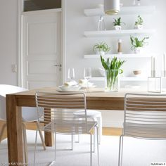valkoinen,vaalea sisustus,modeni,skandinaavinen,ruokailutilat,ruokailuryhmä,puupöytä,ruokapöytä,ruokatuolit,maljakko,astiat,seinähyllyt Hay Hee Dining Chair, Minimalist Interior, Interior, Furniture Decor, Decor Inspiration, Home Decor, Kitchen Dining Room, White Dining Chairs, Scandinavian Dining Room