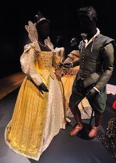 Shakespeare in Love - 1998 - (L) Gwyneth Paltrow as Viola de Lesseps, (R) Joseph Fiennes as Will Shakespeare. Tudor Costumes, Period Costumes, Movie Costumes, Cool Costumes, Cosplay Costumes, Amazing Costumes, Costume Ideas, Tudor Fashion, Fashion Tv