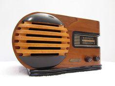 Old Trav-Ler Art Deco Mid-Century Streamline radio. Art Deco Furniture, Antique Furniture, Victorian Furniture, Primitive Furniture, Modular Furniture, Furniture Logo, Furniture Showroom, Urban Furniture, Street Furniture
