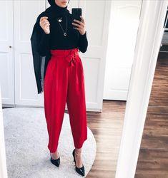 red wide leg pants with black top and hijab Islamic Fashion, Muslim Fashion, Modest Fashion, Modern Hijab Fashion, Modest Clothing, Modest Dresses, Casual Hijab Outfit, Hijab Chic, Casual Outfits