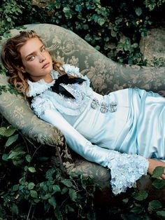"Alice In Wonderland "" fashion editorial shot obviously by photographer superstar Annie Leibovitz with model Natalia Vodianova for Vogue US December 2003 Natalia Vodianova, Tim Walker, Grace Coddington, Poses, Editorial Photography, Fashion Photography, Ideas Para Photoshoot, Vogue Photoshoot, Fashion Fotografie"