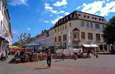 Heute werden die Mittagspausenstühle im Freien wieder knapp. ... Gut, dass man am Brunnen, auf dem St. Johanner Markt, in Saarbrücken, auch auf den Treppenstufen, sitzen kann. :-)