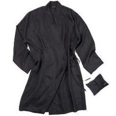 Klassisch geschnittener Seiden-Kimono (nicht nur) für heisse Sommernächte. Geniessen Sie das unvergleichliche Gefühl von reiner Seide auf der Haut.  Gefertigt aus hochwertiger, handgewobener Seide aus Fairtrade mit Vietnam, gefärbt mit umweltfreundlichen Farben. Einzeln verpackt in einem kleinen Seidenbeutel. Grösse verstellbar. Fairtrade, Vietnam, Kimono, Long Sleeve, Sleeves, Mens Tops, T Shirt, Fashion, Sustainable Fashion