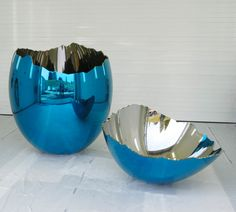 Cracked Egg mirror-polished stainless steel with transparent color coating  two parts: 65 x 62 5/8 x 62 5/8 inches (bottom), 39 3/8 x 62 5/8 x 62 5/8 inches (top) 165.1 x 159.1 x 159.1 cm (bottom), 100 x 159.1 x 159.1 cm (top) © Jeff Koons 5 unique versions (Blue, Red, Magenta, Violet, Yellow) 1994-2006  - See more at: http://www.jeffkoons.com/artwork/celebration/cracked-egg-0#sthash.pQ74BU5m.dpuf