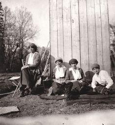 Fotografia da grã-duquesas Olga, Marie, Anastasia e Tatiana Nikolaevna da Rússia em cativeiro em Tsarskoe Selo, na primavera de 1917. O King Charles Spaniel  de Anastasia foi chamado Jimmy e o buldogue francês de Tatiana foi chamado Ortino.