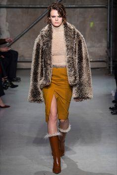 Guarda la sfilata di moda Marni a Milano e scopri la collezione di abiti e accessori per la stagione Collezioni Autunno Inverno 2017-18.