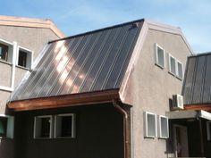 Un tetto energetico: il pannello solare è integrato sotto la superficie del tetto, che così non presenta una superficie vetrate. La serpentina è un tubo di rame attaccato al manto di copertura, sempre in rame. (Solar Roof, di KME)