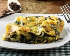 Skip out on the meat and make yourself a veggie lasagna. This creamy spinach lasagna is a great way to get a few greens in your diet. Cheese Lasagna, Spinach Lasagna, Blue Cheese Recipes, Spinach Recipes, Plats Healthy, One Dish Dinners, Creamy Spinach, Spinach Ricotta, Yummy Food