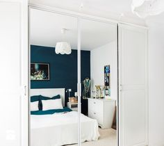 Aranżacje wnętrz - Sypialnia: Szafa z lustrem - Decoroom . Przeglądaj, dodawaj i zapisuj najlepsze zdjęcia, pomysły i inspiracje designerskie. W bazie mamy już prawie milion fotografii! Cozy Bedroom, Home Fashion, Bathroom Lighting, Oversized Mirror, House Styles, Furniture, Design, Home Decor, Ideas