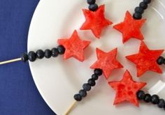 Fourth of July Festive Fruit Wands. Can use different fruits and colors for other themes for PARTY Fourth Of July Food, 4th Of July Celebration, 4th Of July Party, July 4th, Fruit Kabobs, Festa Party, Snacks Für Party, Fruit Party, Fun Fruit