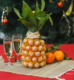 wijnfles inpakken als ananas met behulp van papier,touw en ferrero Rocher bonbons
