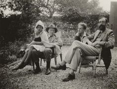 The original Bloomsbury group, some of whom Thoby Stephen met at Trinity before his death. They include Angelica Bell, born to Clive and Vanessa in Clive Bell, Stephen Tomlin and Lytton Strachey. The Photograph was taken by Vanessa Bell in Virginia Woolf, Angelica Bell, Great Photos, Old Photos, Clive Bell, Dora Carrington, Duncan Grant, Vanessa Bell, Bloomsbury Group