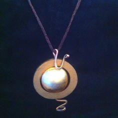 """""""The sun """" Aro de madera pintado, laton y bola laminada en oro. El cordon es de malla de nylon elastico."""