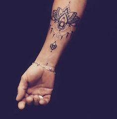 Tatouages pour le poignet : un joli dessin - Instagram/tatouages_et_citations