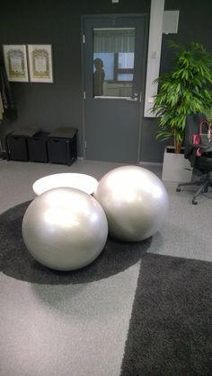 Kaverilla on kivat istuimet työhuoneessa.  Vähän olen kateellinen....