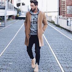 Черные джинсы такие же популярные, как и синие джинсы в осенне-зимний сезон. И не удивительно, ведь они легко сочетаются практически со всем.  Подобрать себе черные и темно-синие джинсы прямого или зауженного кроя вы сможете в JiST или jist.ua.