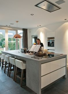 Materiaalgebruik keuken keukenraam (incl deuropening in raam) Concrete Kitchen, Kitchen Flooring, Kitchen Tile, Concrete Bench, Küchen Design, Floor Design, Kitchen Living, New Kitchen, Living Room