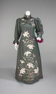 Art Nouveau floral embroidered tea gown, British, 1898-1901, silk