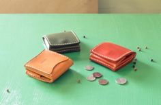 小さな箱型の革の小銭入れ