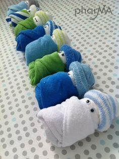 zo leuk gemaakt van een luier, spuugdoekje en babysokje Kijk ook voor gepersonaliseerde bedankjes op www.dewonderwerkplaats.nl