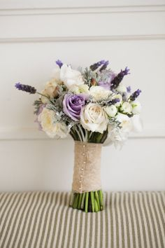 Rosas crema, lisianthus lila, lavanda y follaje. Photo by zoomphotography.net